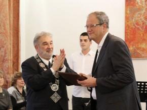 Srebrna medalja Univerziteta umetnosti za 2017. dodeljena van. prof. dr Nenadu Šekularcu